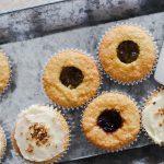 Jam gefüllte haselnuss- und mandelcupcakes
