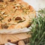 Gebratener Knoblauch, Oliven und Rosmarin Focaccia