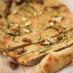 Gebratener Knoblauch, Oliven und Rosmarin Focaccia mit Bio Native Oliveöl