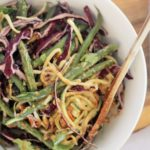 Zucchini-Nudelsalat mit Erdnusssauce