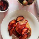 Glutenfreie Pfannkuchen mit roten Pflaumen