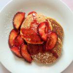 Glutenfreie Pfannkuchen mit Pflaumen
