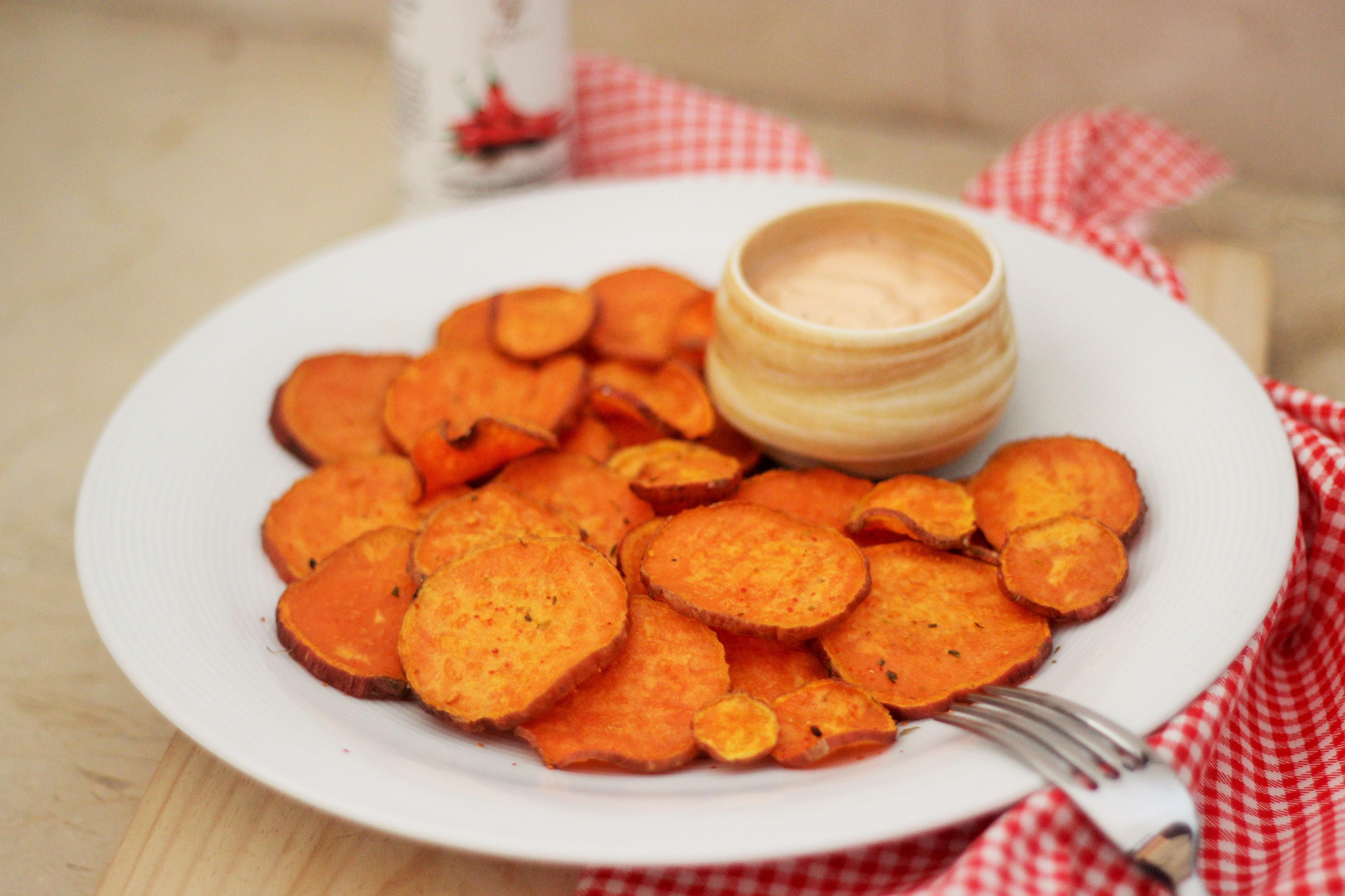 Süßkartoffelchips mit Togarashi und einer spritzig-scharfen Mayo-Dip-Sauce
