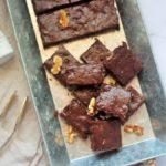 Zuckerfreier Schokoladenbrownie mit Walnüssen und Thymian Olivenöl