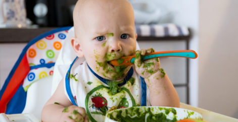 Sollten Kinder mit ihrem Essen spielen?