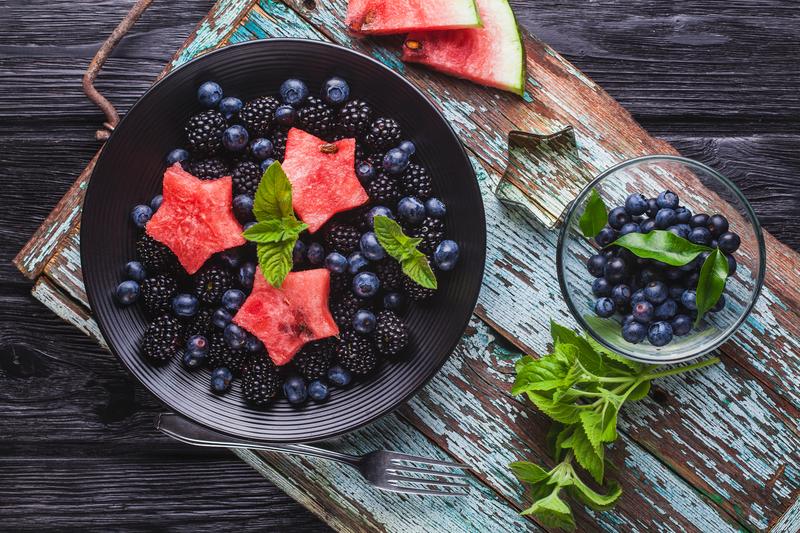 Heidelbeer, Brombeer, Wassermelonen und Minze Salat